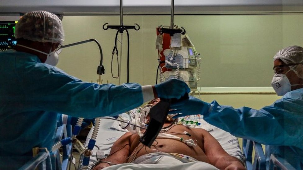 Medics attend to a Covid-19 infected patient in an intensive care unit in São Paulo, Brazil. Photo: April 2020
