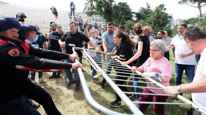 Protesti, sukobi i bageri: Kako je rušenje Narodnog pozorišta podelilo Albaniju 4