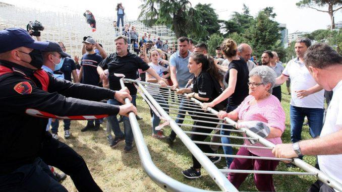 Protesti, sukobi i bageri: Kako je rušenje Narodnog pozorišta podelilo Albaniju 3