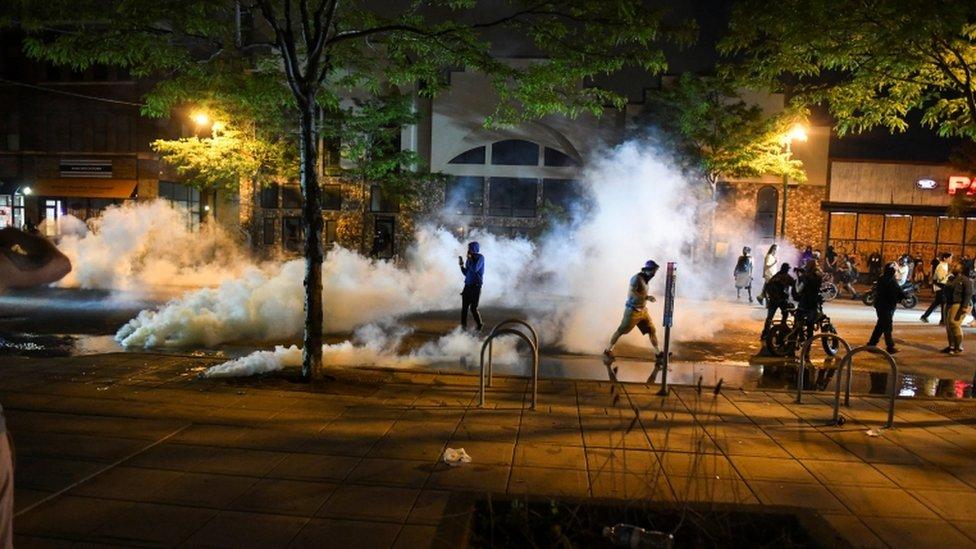 Demonstranti ispred policijsk stanice u Mineapolisu
