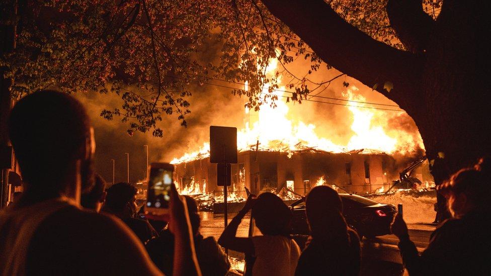 Pojedini objekti u blizini stradali su u požaru