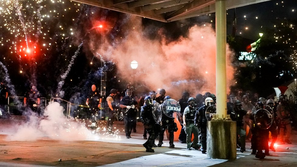 Vatromet eksplodira u blizini policijske jedinice tokom nereda u Atlanti