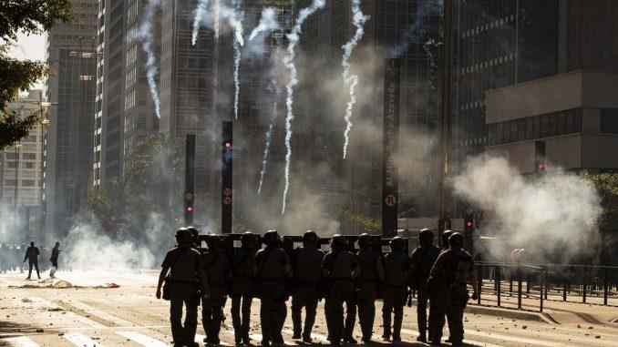 Brazilska policija suzavcem razdvajala Bolsonarove protivnike i pristalice 3