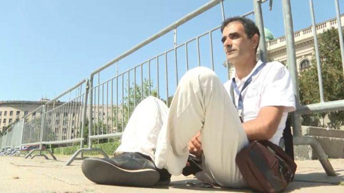 Goran Stanojević iz Romske partije štrajkuje glađu ispred Skupštine Srbije 2