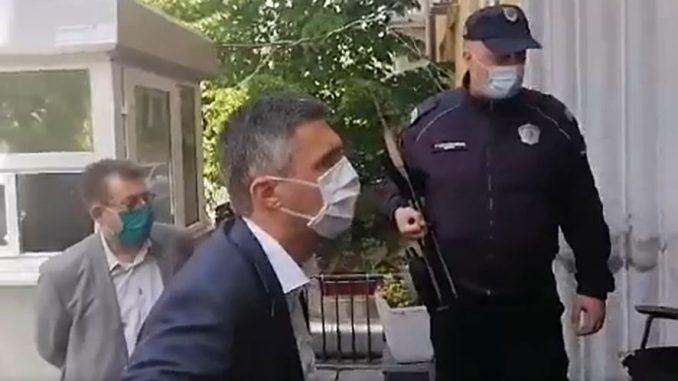 Uhapšeni članovi Dveri, Obradović sa poslanicima ispred PS Vračar (VIDEO) 4