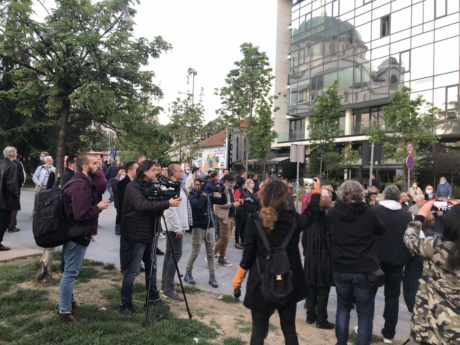 Više stotina ljudi okupilo se u znak podrške Đilasu (FOTO) 3