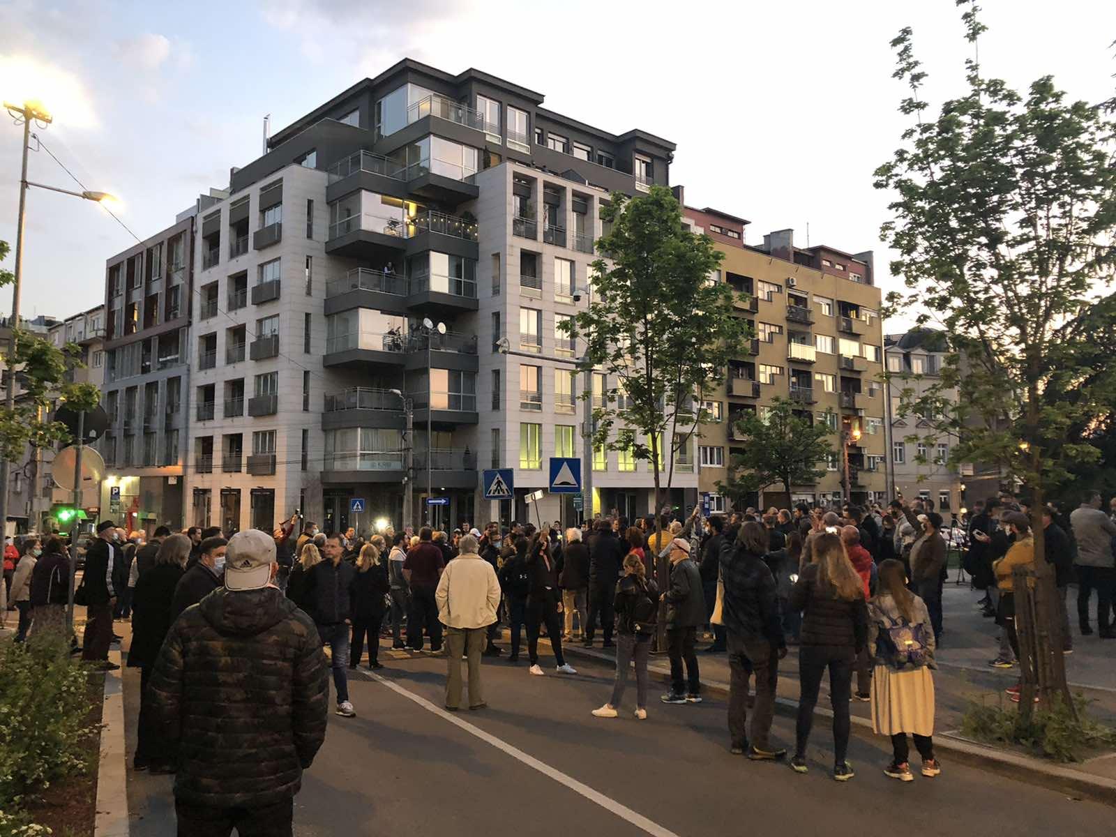 Više stotina ljudi okupilo se u znak podrške Đilasu (FOTO) 4