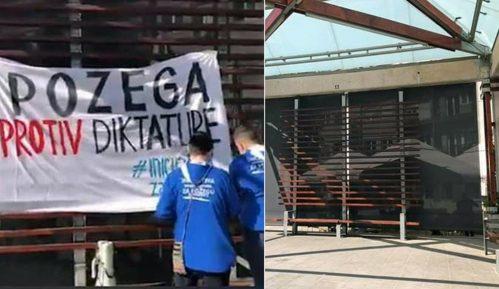 """Požega:Sa Trga slobode uklonjen transparent """"Požega protiv diktature"""" 12"""
