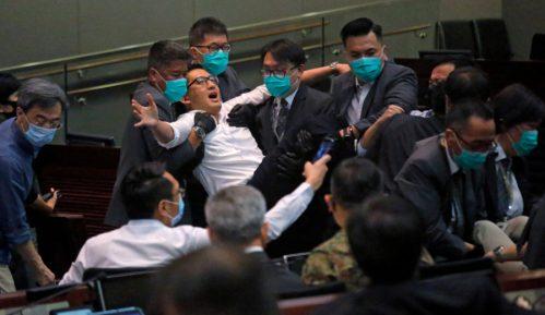 Tuča u Parlamentu Hongkonga zbog izbora predsednice jednog odbora 13