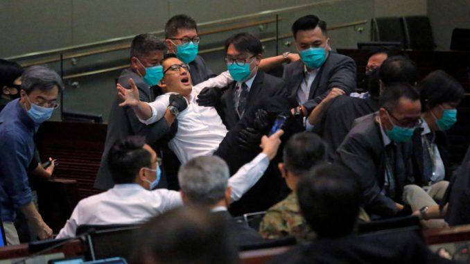 Tuča u Parlamentu Hongkonga zbog izbora predsednice jednog odbora ...
