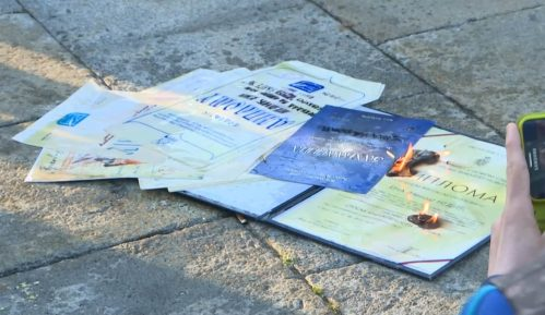 Profesorka srpskog jezika spalila diplomu ispred Skupštine Srbije (VIDEO) 7