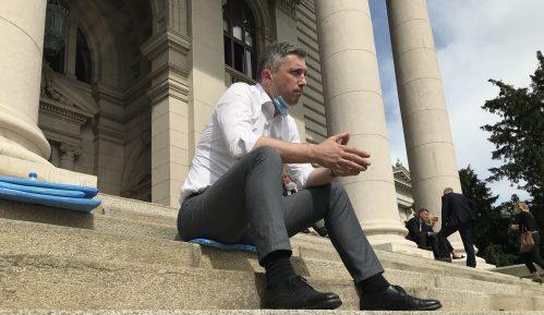 Poslanici koji štrajkuju glađu i jutros su na stepeništu ispred Doma Narodne skupštine 13