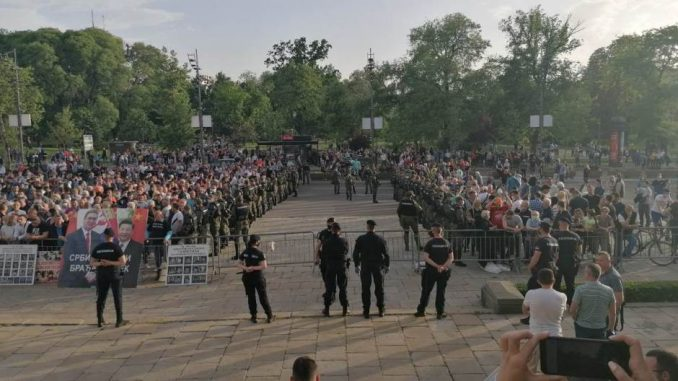 Razišle se pristalice SNS i Dveri koje su bile ispred Skupštine 3