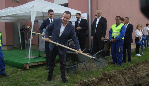 Dačić položio kamen temeljac za izgradnju deset stanova za izbegličke porodice u Kraljevu 13