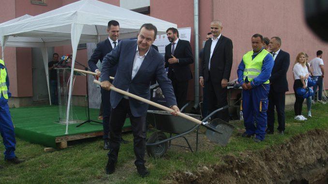 Dačić položio kamen temeljac za izgradnju deset stanova za izbegličke porodice u Kraljevu 2