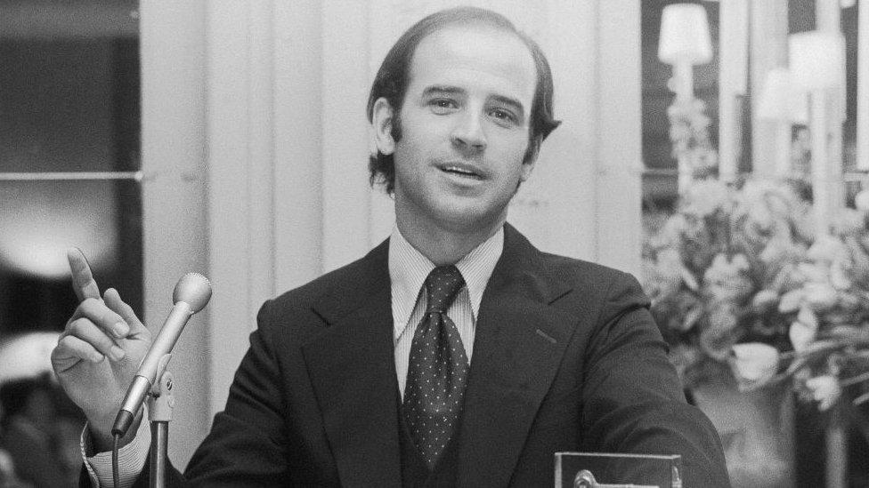 Džo Bajden za stolom 1970.