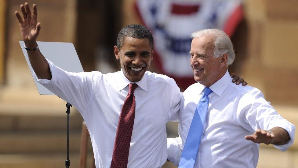 Barak Obama i Džo Bajden, zagrljeni