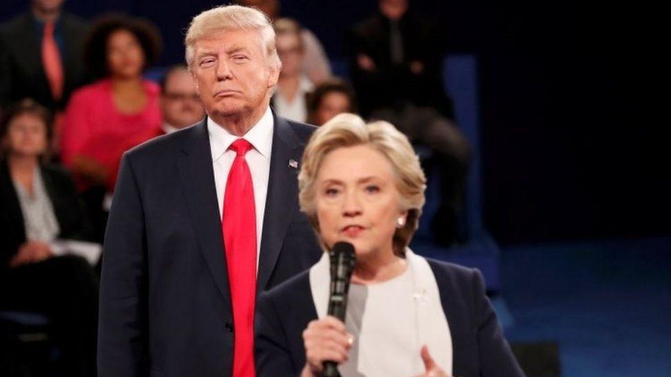 Donald Tramp stoji iza Hilari Klinton