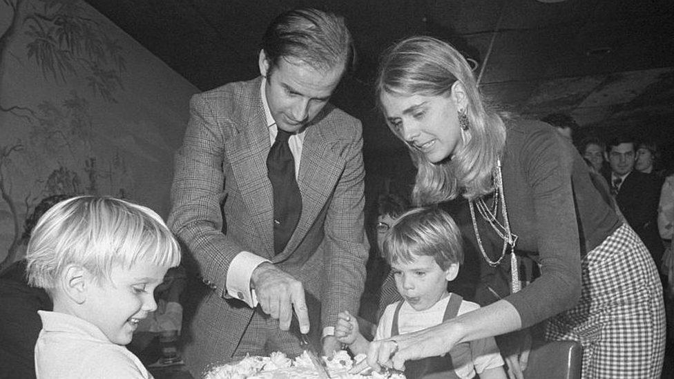 Džo Bajden seče tortu sa suprugom i ćerkom