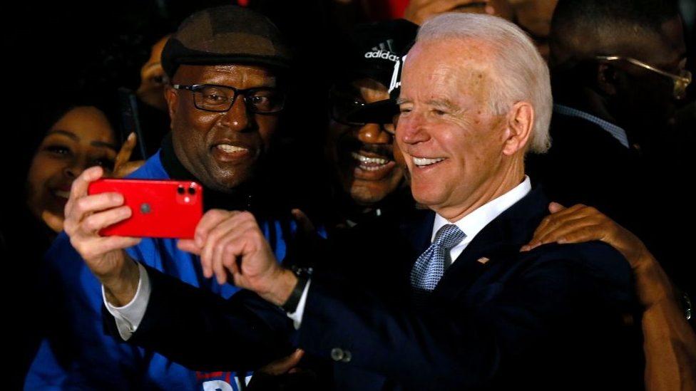 Džo Bajden slika selfi sa glasačima