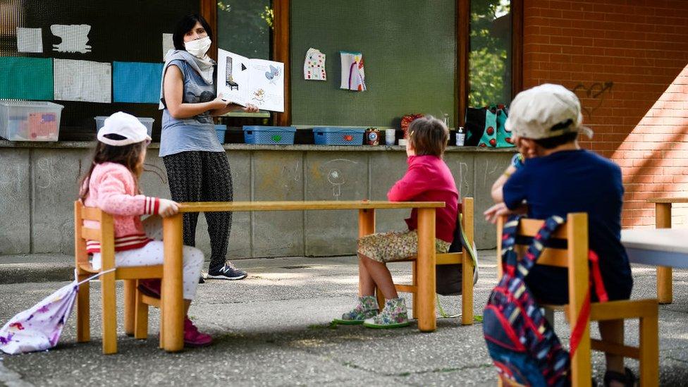 Vaspitačica radi sa decom u prirodi