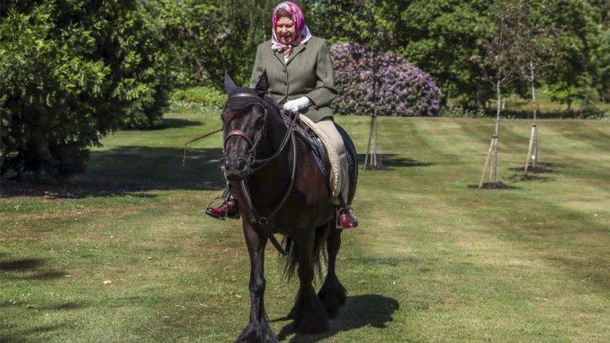 Korona virus i Velika Britanija: Kraljica Elizabeta uslikana napolju prvi put od početka karantina 2