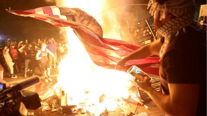Smrt Džordža Flojda: Erupcija nasilja u gradovima širom Amerike, demonstranti zapalili zastavu SAD ispred Bele kuće 3