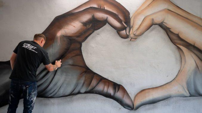 Džordž Flojd: Ajs Ti i Čak Di podelili sliku murala sa antirastističkom porukom 3