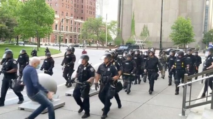 Smrt Džordža Flojda: Snimci policijske brutalnosti na protestima u Americi izazvali burne reakcije 3