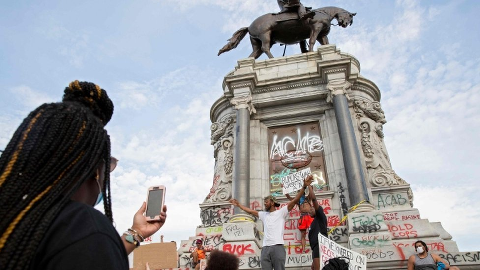 Okupljanje demonstranata ispred statuom u Ričmondu