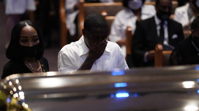"""Smrt Džordža Flojda: Pozivi za rasnu pravdu na sahrani u Hjustonu, policajac osumnjičen za ubistvo pred sudom, """"vođa KKK"""" uhapšen zbog napada na demonstrante 2"""