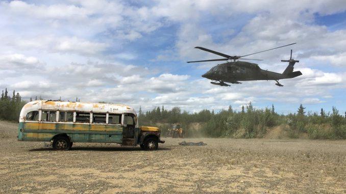 """Film i turizam: Autobus iz filma """"U divljinu"""" prebačen iz nedođije Aljaske 3"""