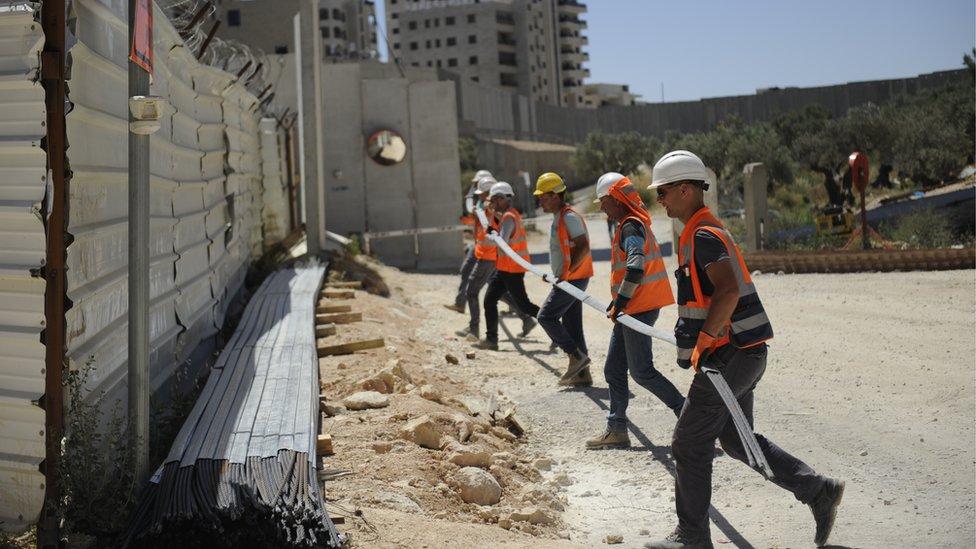 Građevinski radnici na mostu