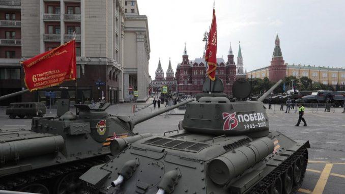Odloženi Dan pobede: Vojna parada u Rusiji, uprkos korona virusu - Putin se rukovao sa veteranima 4