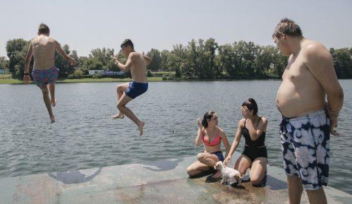 Razmak u vodi i usamljeni peškiri: Otvorena sezona kupanja na beogradskoj Adi Ciganliji 22