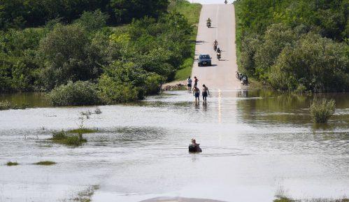 Dezinfekcija javnih površina i privatnih objekata u srpskim sredinama na Kosovu nakon poplava 13