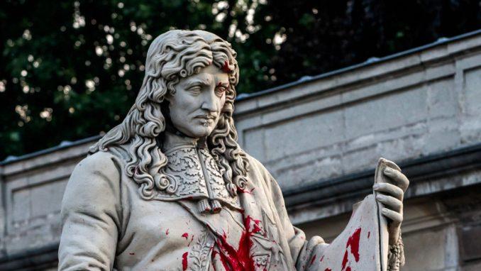 Oštećena statua francuskog državnika 1
