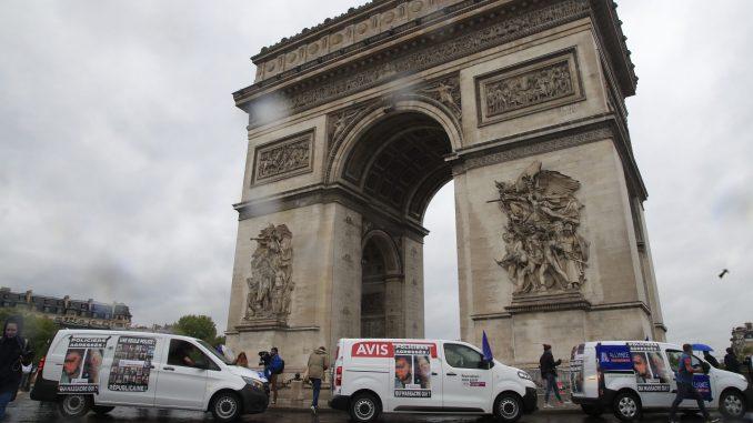 Protest policajaca ispred Trijumfalne kapije u Parizu 3