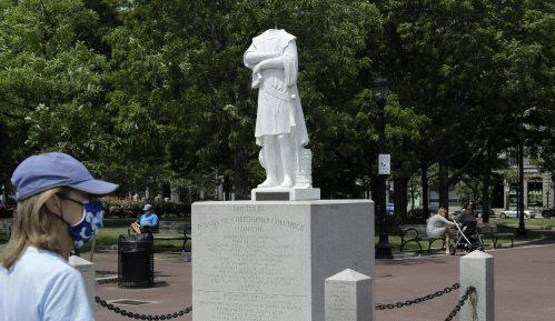 Statue Kristofera Kolumba na meti napada demonstranata u Bostonu i u Virdžiniji 6