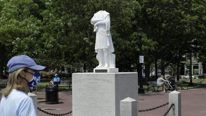 Statue Kristofera Kolumba na meti napada demonstranata u Bostonu i u Virdžiniji 1