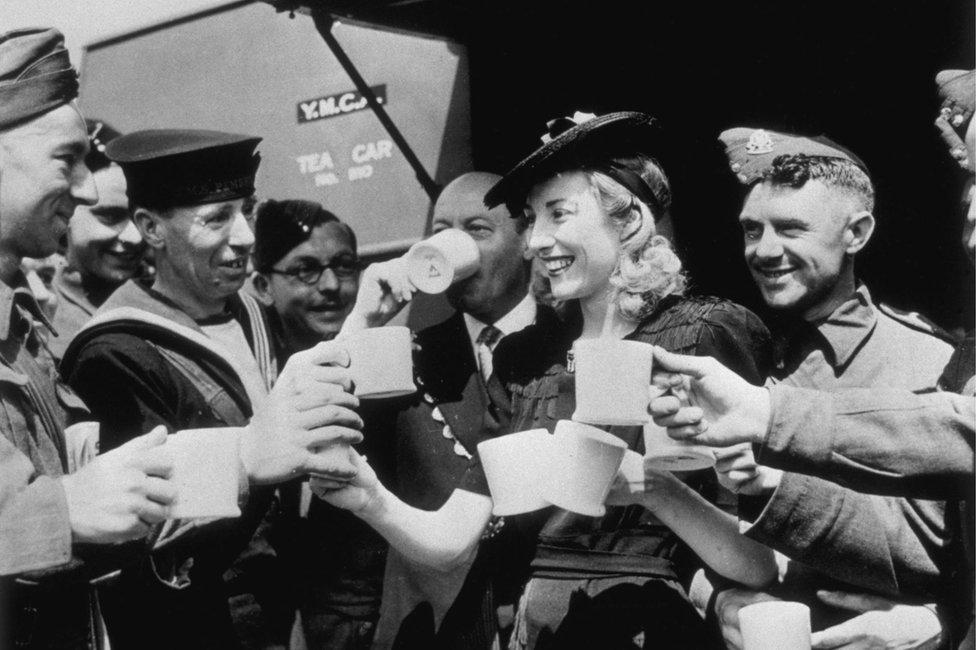 Vera Lin sa vojnicima 1942. godine