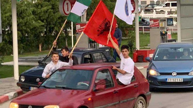 Na SDA skupovima i albanska zastava 1