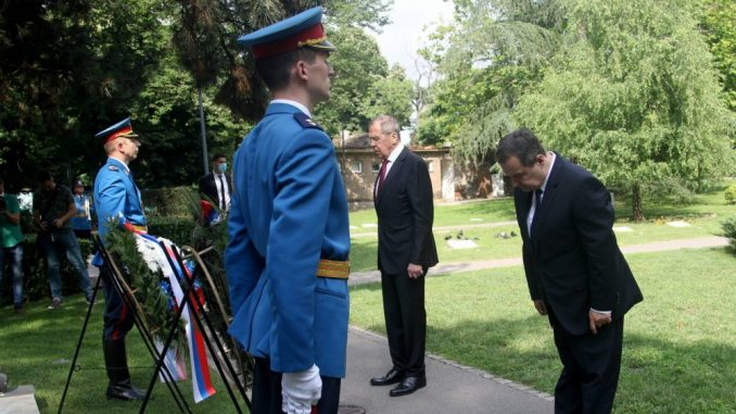 Lavrov i Dačić položili vence pred Spomenik Crvenoarmejcu na Groblju oslobodilaca Beograda 4