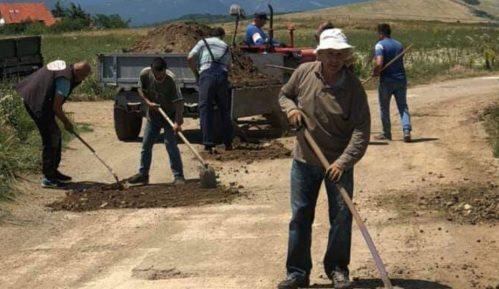 Meštani sela Dubočane rupe u asfaltu zakrpili zemljom 1