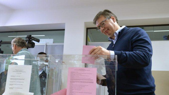 Vučić stigao u izborni štab SNS 4