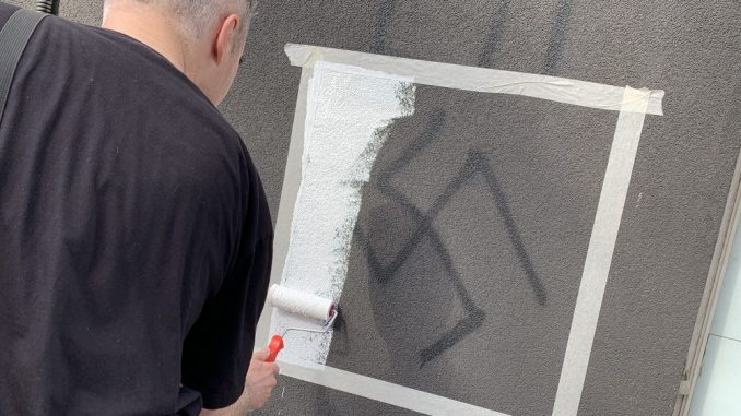 Aktivisti Inicijative Ne davimo Beograd prekrečili su danas grafite mržnje na Voždovcu 2