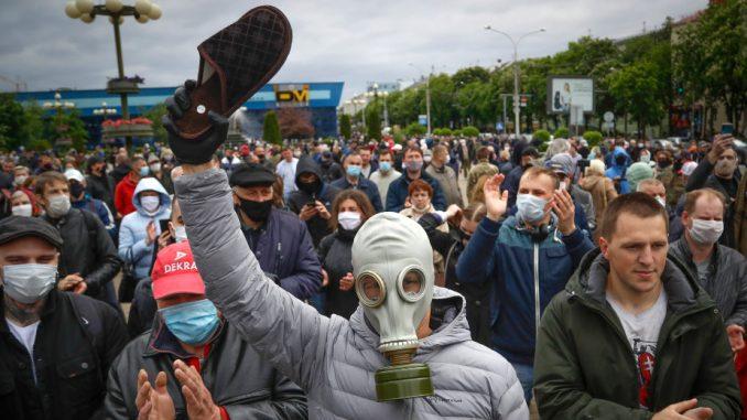 Sukobi beloruske policije i demonstranata posle zatvaranja birališta (VIDEO) 1