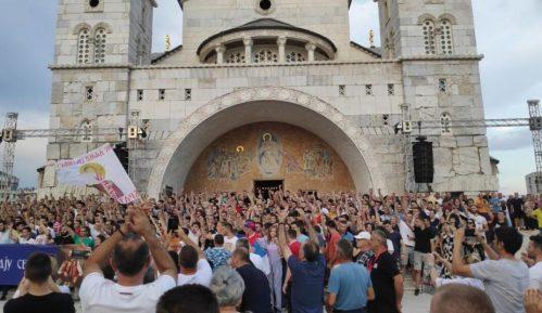 Zbog usvajanja Zakona o slobodi veroispovesti protest ispred hrama u Podgorici (VIDEO) 15