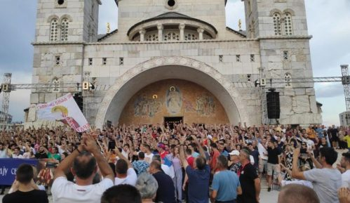 Zbog usvajanja Zakona o slobodi veroispovesti protest ispred hrama u Podgorici (VIDEO) 9