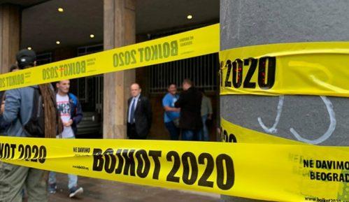 Aktivisti Ne davimo Beograd opasali stubove ispred RIK-a trakom Bojkot 2020 (VIDEO) 8